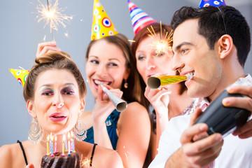 Freunde feiern Geburtstagsfeier