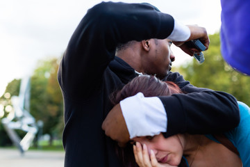 Kriminalität - Mann bedroht Frau mit Waffe