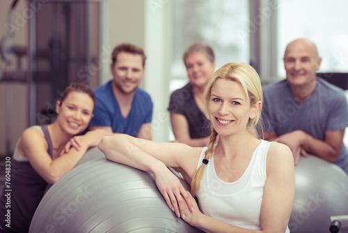 canvas print picture lächelnde blonde frau im fitness-kurs