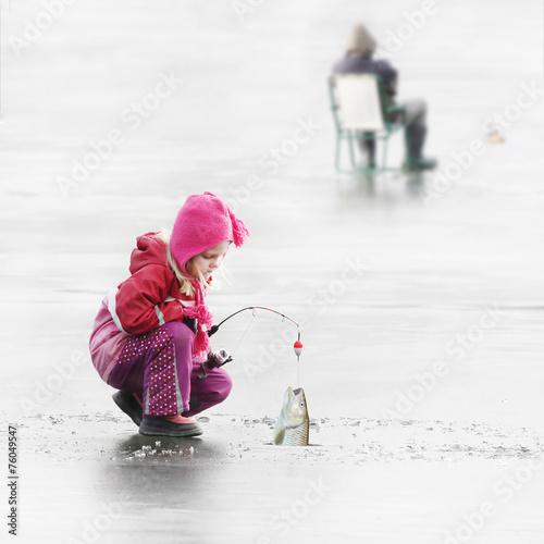 Aluminium Vissen Little child fishing on a frozen lake in winter.