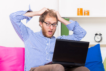 Man pulls his hair in front of a computer