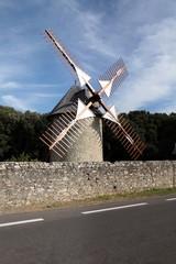 Ailes dans le vent: moulin.