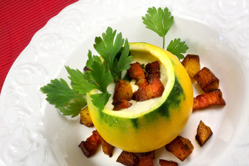 Zucchinisuppe mit Speck und  gebratenen Kartoffelwürfeln