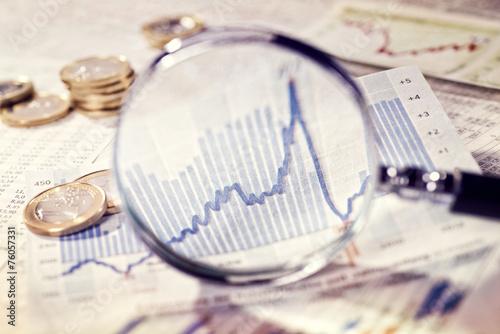 Leinwanddruck Bild Lupe zeigt die Entwicklung des Marktes