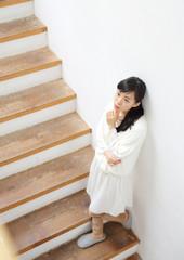 階段・若い女性