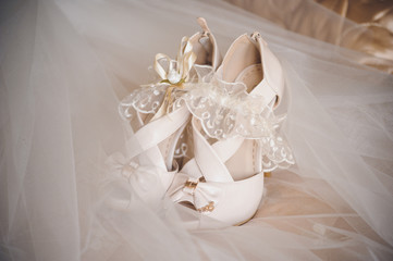 brides wedding shoes and gerter