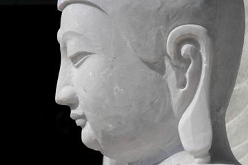 Une tête de Bouddha dans un atelier de marbre