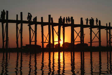 Touristes sur le pont U-Bein au coucher du soleil
