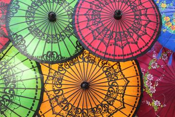 Vertes, rouges et oranges, les ombrelles de Birmanie
