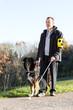Mann mit Blindenhund - 76072333