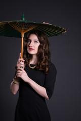 Девушка старинный зонт задумчива