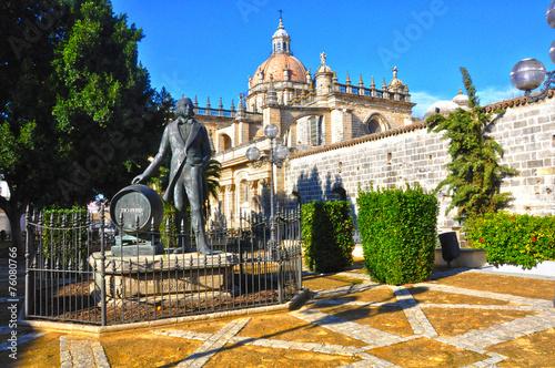 Tuinposter Standbeeld Jerez, monumento al Tío Pepe con la catedral al fondo
