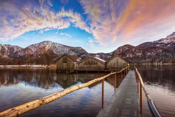 Alpensee bei Sonnenuntergang mit Steg