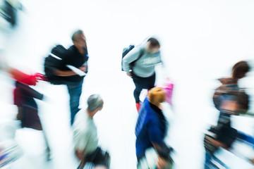 reisende Menschen von oben in Bewegungsunschärfe