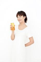 ペットボトルを飲む女性