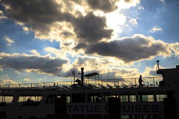 雲と光と遊覧船