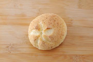まな板にのせた ドイツのパン カイザーセンメル テーブル