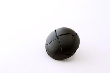 黒い 革ボタン 白背景