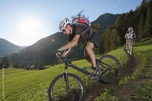 fototapeta na ścianę Mountain Biker nurkuje w dół szlak