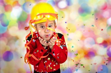 Junge im Feuerwehrkostüm