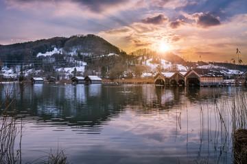 Alpensee bei Sonnenuntergang mit Blick auf Berg