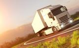Fototapety LKW fährt sicher durch eine Kurve