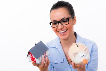 frau spart für das eigene haus
