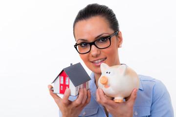 studentin mit miniaturhaus und sparschwein