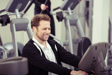 mann trainiert im fitness-raum