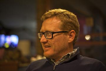 Retrato de hombre pelirrojo con gafas de pasta negras