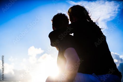 canvas print picture Paar bei romantischen Sonnenuntergang am Strand
