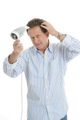 Mann föhnt seine Haare