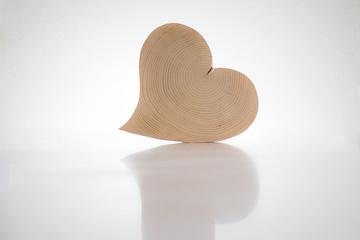 Holz - Herz auf weißem Grund 2