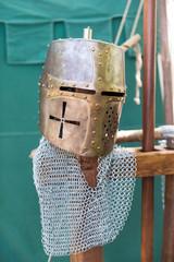 Alter Helm einer Ritterüstung
