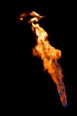 Flammen vor schwarz