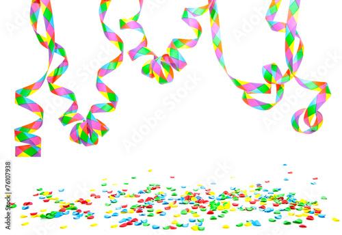 Keuken foto achterwand Carnaval Konfetti und Luftschlangen vor weißem Hintergrund