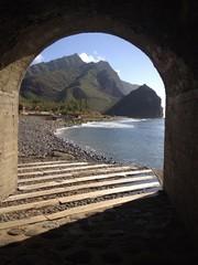 Vista de playa desde un túnel
