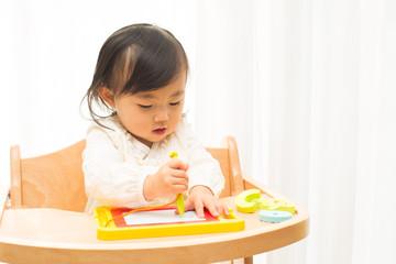 お絵描きをする幼児