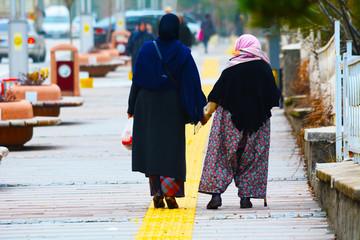 yaşlı insanlara yardımcı olmak