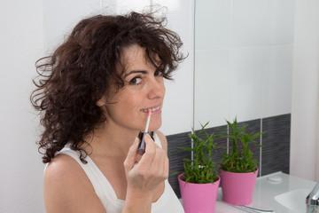 Femme regard coquin en train de se maquiller