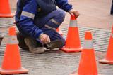 obrero reparando el suelo de una calle