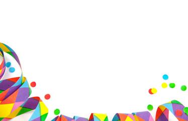 Luftschlangen und Konfetti auf weißem Hintergrund