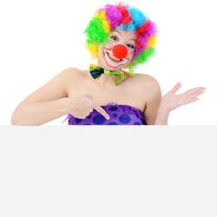 Clown zeigt auf Plakat mit Textfreiraum