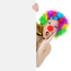 Clown hält Poster mit Textfreiraum