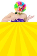 Clown zeigt auf buntes Plakat mit Textfreiraum