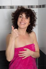 Femme au réveil dans sa douche contente
