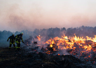 Feuerwehrleute vor Osterfeuer