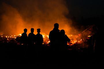 Menschen vor Osterfeuer