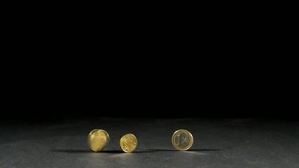 drei euro muenzen und eine in bewegung mit schwarzen hintergrund