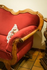Rotes Sofa Gründerzeit - Stil, Bildausschnitt im Hochformat